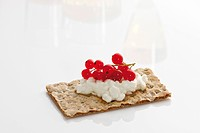 Crispbread, cottage cheese and currants