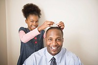 African father wearing daughter´s tiara