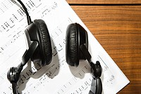 Headphones and sheet music (thumbnail)
