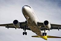 avión con el tren de aterrizaje preparado para aterrizar