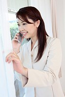 Woman talking with a mobile telephone