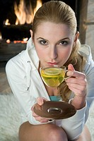 Woman drinking lemon tea (thumbnail)