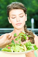 Woman eating salad (thumbnail)