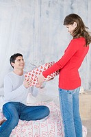 Woman giving man a present (thumbnail)