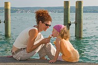 Germany, Baden_Württemberg, Lake Constance, Mothee an daughter 4_5 eating ice cream