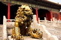Image of a guardian lion in front of Forbidden City