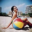 SG hist., 60er Jahre, Frau am Strand ball, hotels im hgr.
