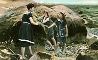 C Badewesen hist., Mutter und Töchter am Strand, Titel Dans les Rochers, original französische Postkarte nach coloriertem Foto, um 1900 familie, töcht...