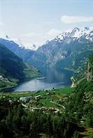 Geografie hist., Norwegen, Landschaften, Geiranger _ Fjord, Blick auf den Fjord inmitten steiler Berghänge, 1981 landschaft fjordlandschaft berglandsc...