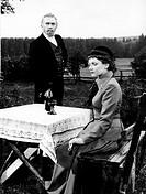 Film, Königliche Hoheit, D 1953, Regie: Harald Braun, Szene mit: Ruth Leuwerik als Irma Spoelman, Matthias Wiemann, Mann, Frau, im Garten sitzend, Wei...