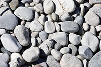 Kieselsteine auf einer Kiesbank an der Isar / pile of pebbles
