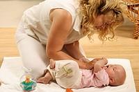 HV757868 Mutter spielt und spricht mit ihrem sechs Monate alten SŠugling