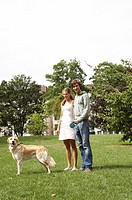 Junges Paar mit Hund im Park, young couple and a dog in the park
