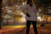 Junge Frau im herbstlichen Park, young woman in a autumnal park