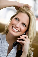 Young woman using cell phone (thumbnail)