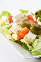 Detail eines griechischen Salates auf einem weißen Teller