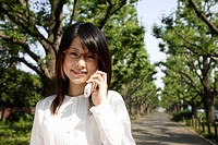 Portrait of a young woman talking on mobile phone (thumbnail)