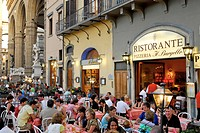 People at a restaurant in front of the Loggia, Piazza della Signoria, Florence, Tuscany, Italy, Europe