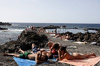 Bahia de las Calcosas, beach and sea water swimming pool, cliff line close to Pozo de las Calcosas, El Hierro, Canary Islands, Spain