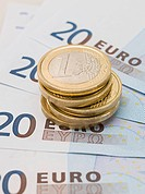 Euro coins and banknotes (thumbnail)