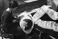 europa, italia, abruzzo, pescocostanzo, lavorazione del merletto al tombolo, 1920 1930