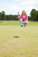 Female golfer on the green (thumbnail)