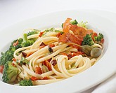Linguine with broccoli, capers and ham