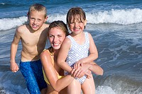 Portrait of mother with children in sea (thumbnail)