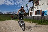Mountain bike riders at the Senes mountain lodge, Naturpark Fanes-Sennes-Prags, Trentino, South Tyrol, Italy, Europe