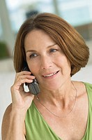 Woman talking on a mobile phone (thumbnail)