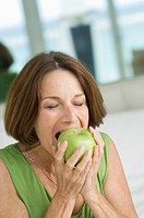 Close_up of a woman eating an apple