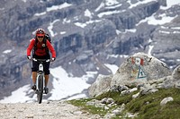 Mountain bike rider on the Limo Pass in Fanes_Sennes_Prags Nature Park, road markings on stone, Trentino, Alto Adige, Italy, Europe