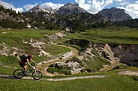 Mountain bike rider in the Fodara Vedla-Mulde, Fanes-Sennes-Prags Nature Park, Trentino, Alto Adige, Italy, Europe
