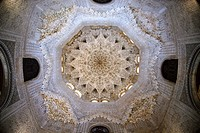 Decorated ceiling in the Sala de las Dos Hermanas, hall of the two sisters in the Nasrid palaces, Palacios Nazaries, Alhambra, Granada, Andalusia, Spa...