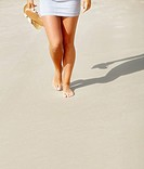 Low section of girl´s barefeet on beach