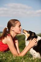 adult,Aussenaufnahme,Begleithund,Familienhunde,Hochformat,Huetehund,Maedchen,Mensch,mittelgross,Rassehund,seitlich,Sheltie,Shetland Sheepdog,streichel...