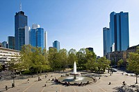 Opernplatz Square with fountain, Commerzbank and Deutsche Bank at back, Frankfurt, Hesse, Germany, Europe