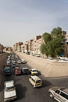 Traffic, artery along the historic centre, Wadi As Sailah, buildings made of brick clay, San'a', UNESCO World Heritage Site, Yemen, Middle East