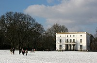people walking through the snowy Jenischpark in front of the Jenisch House, Germany, Hamburg
