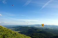 hang gliders at Puy de Dome and view onto the volcanic landscape Chaine des Puys´, France, Auvergne