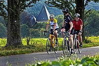 cyclists on the Ruhr Valley Cycleway in Hattingen, Kemnade Castle in the background, Germany, North Rhine_Westphalia, Ruhr Area, Hattingen