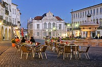Outdoor cafe on the Praca do Giraldo square at night, Evora, UNESCO World Heritage Site, Alentejo, Portugal, Europe