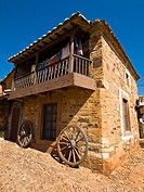 Calle empedrada y casa típica en Castrillo de los Polvazares, población del Camino de Santiago declarada Conjunto Histórico Artístico - Comarca de la ...