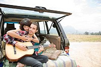 Young couple with guitar (thumbnail)