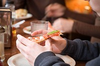 Close_up of a person´s hand holding a pizza