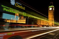 Traffic at night on London´s Westminster bridge