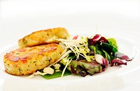 The crabs cakes with vegetables