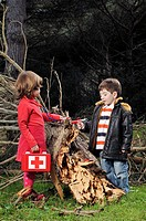 A boy and a girl heal a fallen tree, Un niño y una niña curan un arbol caido