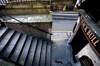 Scotland, Midlothian, Edinburgh, Old stairs and The Black Bull Pub from Leith Street in the Old Town of Edinburgh