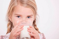 Germany, Cologne, Girl 4_5 drinking glass of milk, portrait, close_up